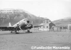 Avión en la pista de aterrizaje